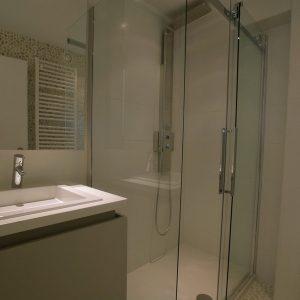 Mooie badkamer met douchecabine